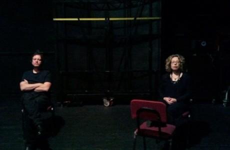 חוה ואני, מחכים לפני הופעה באודיטוריום חיפה, גלית קלדרון צילמה